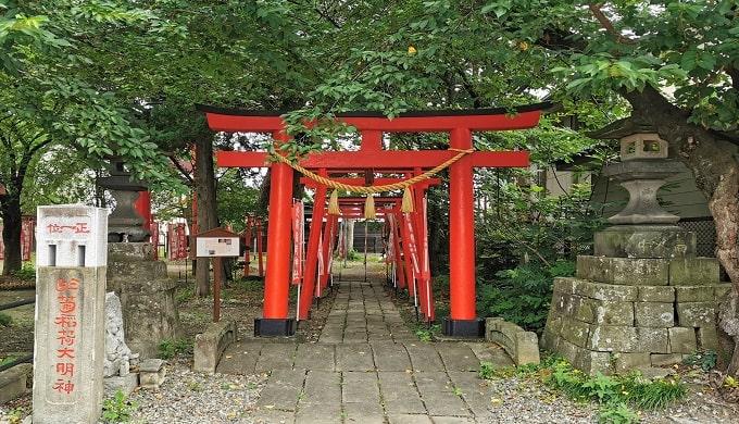 於菊稲荷神社の赤い鳥居入り口の風景
