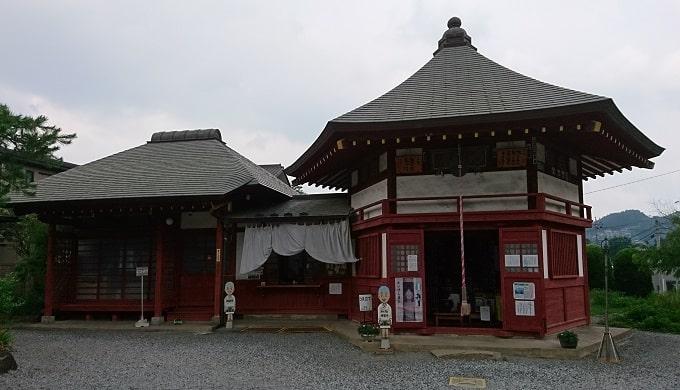 明智寺の社務所と観音堂(六角堂)の風景