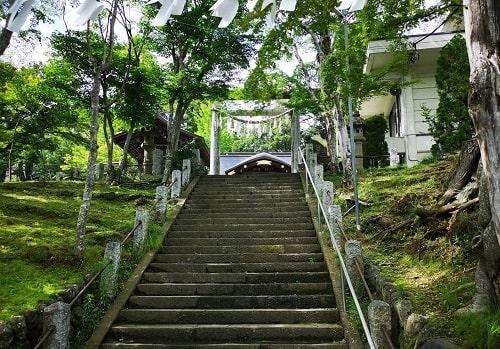 自然に囲まれた小鹿神社二の鳥居の風景