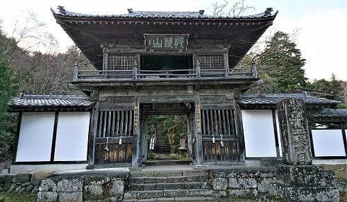 法性寺入口の珍しい山門の風景