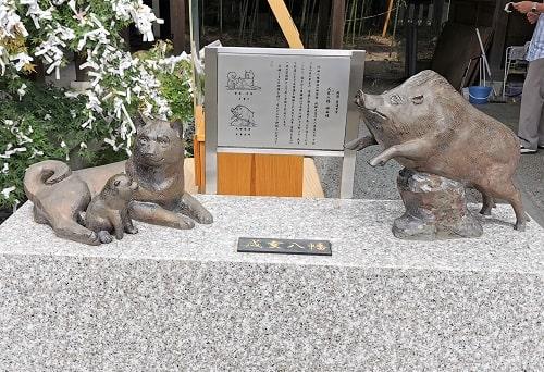 犬とイノシシの像が向かい合っている風景