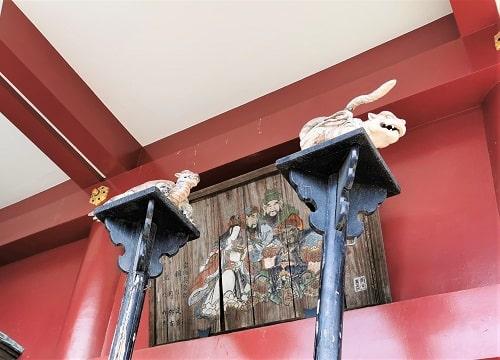 四獣の像と絵馬が飾られている風景