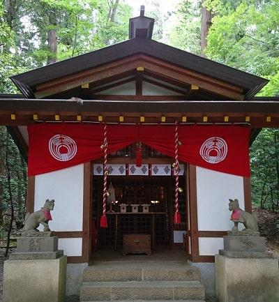 境内社「宝玉稲荷神社」風格のある正面風景