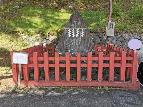 水神様が祀られている碑の風景