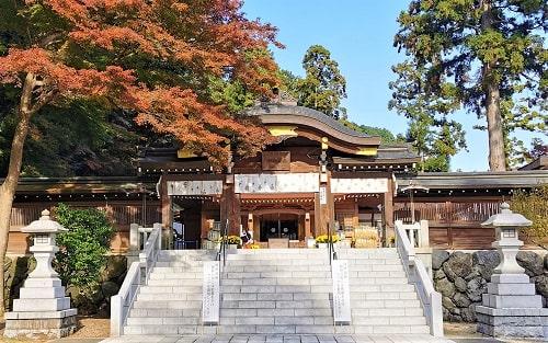 紅葉シーズンの御神門と拝殿の風景