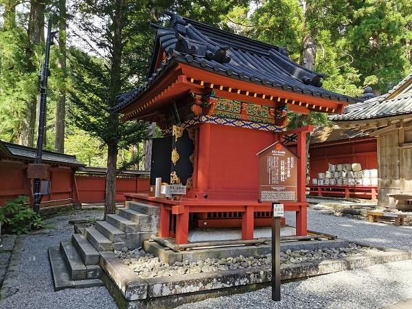 朱色が目立つ日枝神社の社風景