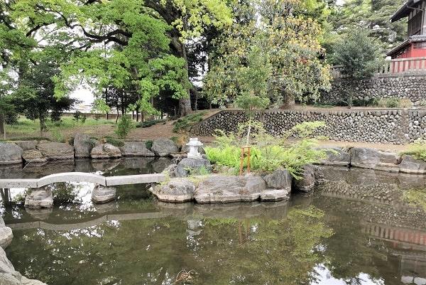 池にある小さな祠の風景