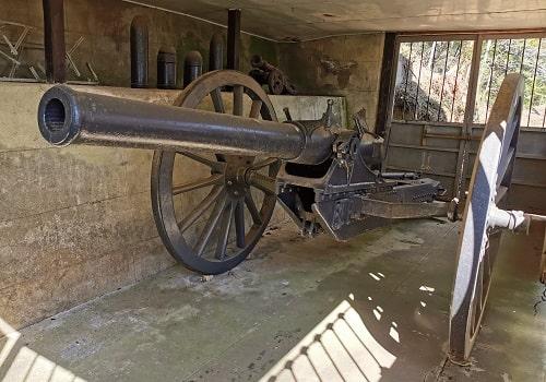 ロシア製の野砲が展示されている風景