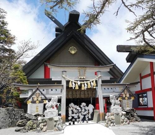 社殿と鳥居の風景