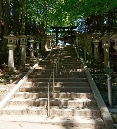 遥拝殿の鳥居に行く石段の風景
