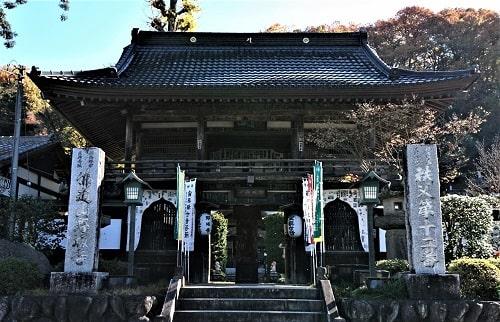 野坂寺の立派な山門正面の風景