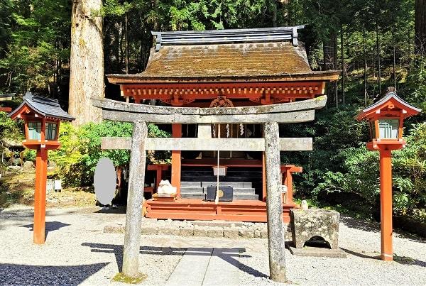 鳥居と朋友神社正面の風景