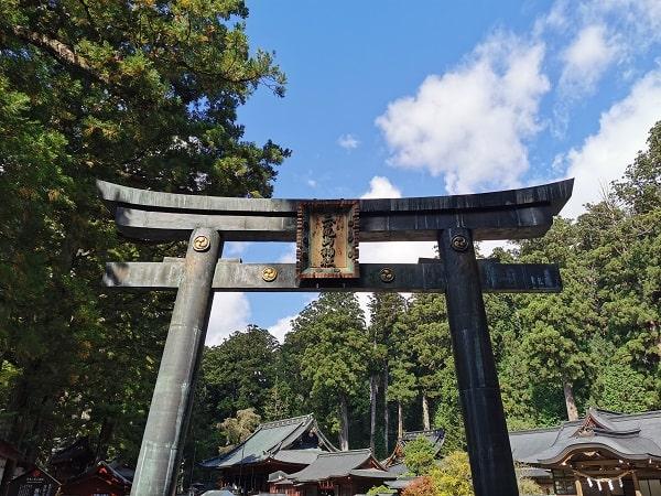 大きくそびえ立つ唐銅鳥居(からかねとりい)の風景