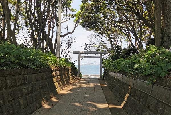 鳥居と海の風景