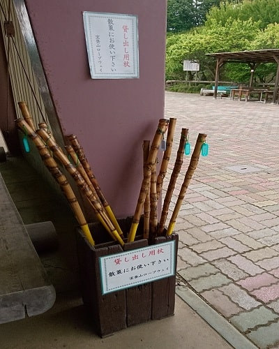 駅に置かれている貸し出し杖の画像
