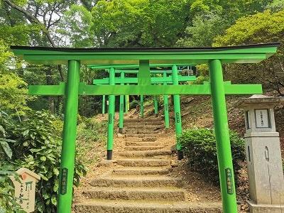 緑色の鳥居の風景