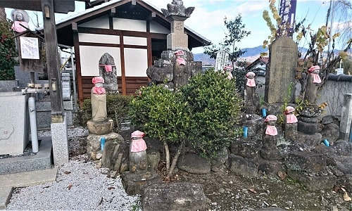 境内にある宝篋印塔とお地蔵様たちの風景