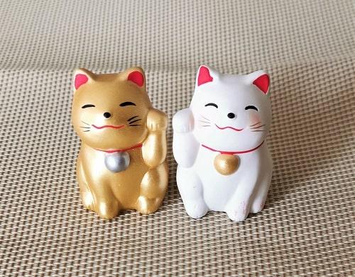 金色と白色の招き猫
