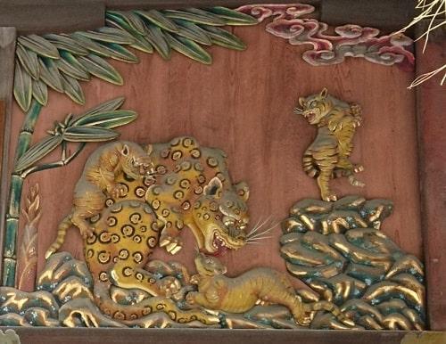 拝殿正面の子育ての虎の彫刻