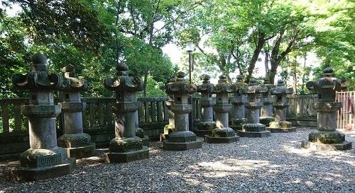 二十六基ある一部の石燈籠の風景