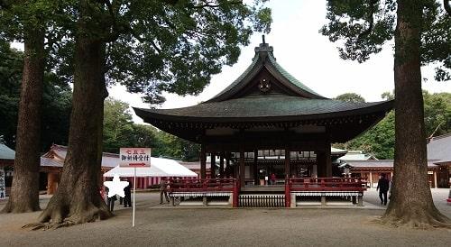 大宮氷川神社の楼門をくぐり最初に目に入る舞殿