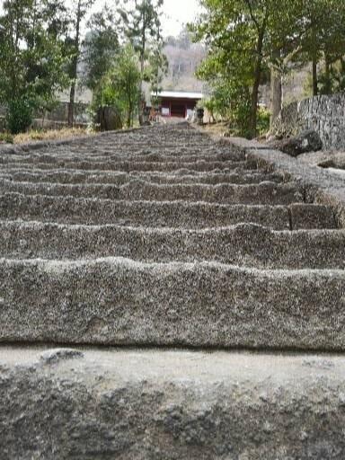険しいといわれている石段の風景