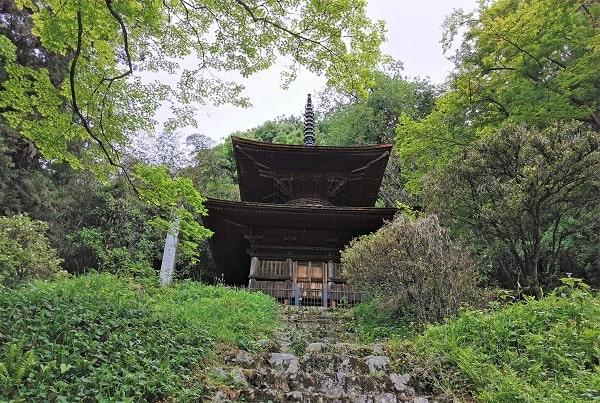 高い場所にある多宝塔の風景