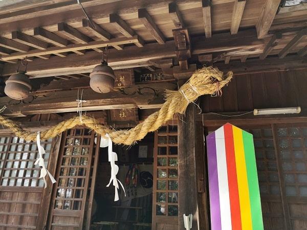 拝殿のへびしめ縄の画像